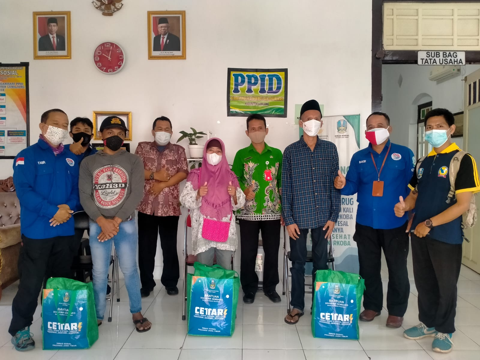 Penyerahan Souvenir paket Sembako bagi korban pasung  dari Dinas Sosial Propinsi Jawa Timur